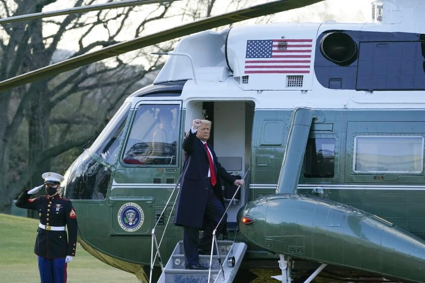 Presidente Donald Trump saluda al abordar el helicóptero Marine One en el jardín de la Casa Blanca