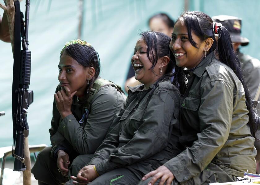 En esta imagen del 16 de agosto de 2016, rebeldes del Frente 32 de las Fuerzas Armadas Revolucionarias de Colombia, o FARC, se ríen durante un descanso en su campamento en las junglas sureñas de Putumayo, Colombia. (AP Foto/Fernando Vergara)