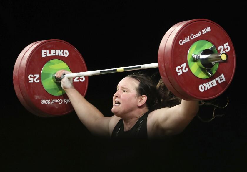 ARCHIVO - En esta imagen del 9 de abril de 2018, la neozelandesa Laurel Hubbard levanta peso en la final de mujeres de más de 90 kilos en los Juegos de la Mancomunidad de 2018, en Gold Coast, Australia. Nueva Zelanda confirmó el lunes 20 de junio de 2021 que Hubbard formaría parte de su equipo femenino de halterofilia en los Juegos Olímpicos de Tokio. Hubbard será la primera deportista trans que compite en una cita olímpica. (AP Foto/Mark Schiefelbein, Archivo)