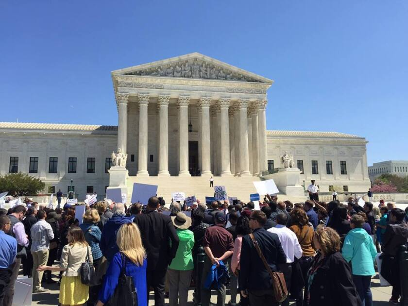 Foto de las redes sociales de People For The American Way en las afueras de la Suprema Corte de Justicia.