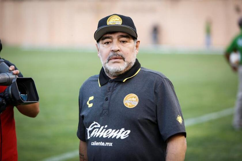 El entrenador de los Dorados de Sinaloa, el argentino Diego Armando Maradona, dirige a su equipo ante Alebrijes de Oaxaca, durante el juego correspondiente al torneo de ascenso a Primera División del fútbol mexicano, celebrado en el Estadio Tecnológico de Oaxaca (México). EFE/Archivo