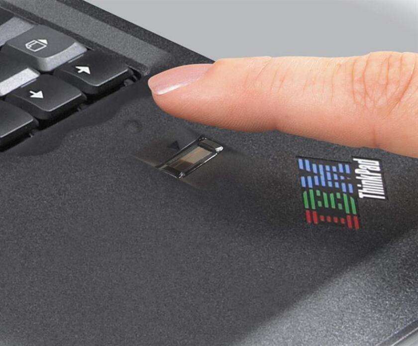 La primera computadora portátil biométrica del mundo, T42, incorpora un lector de huellas digitales y un sistema de seguridad interno para luchar con los ataques a la red de internet. EFE/Archivo