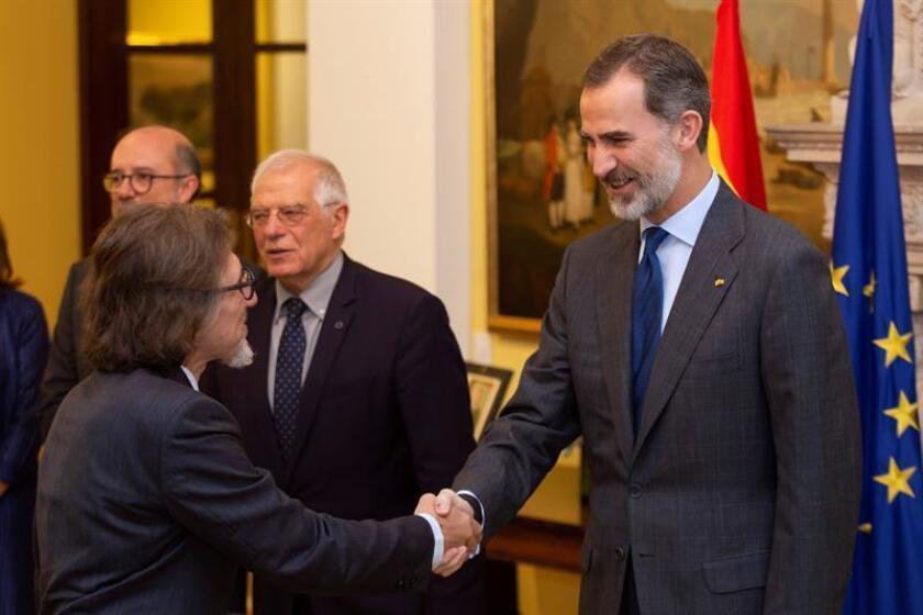 El rey de España Felipe VI (d) saluda al representante del Comité Internacional de la Cruz Roja (CICR) para México, América Central y Cuba, Jordi Raich (I), durante un encuentro con diplomáticos y empresarios en la Embajada de España hoy, en Ciudad de México (México). EFE