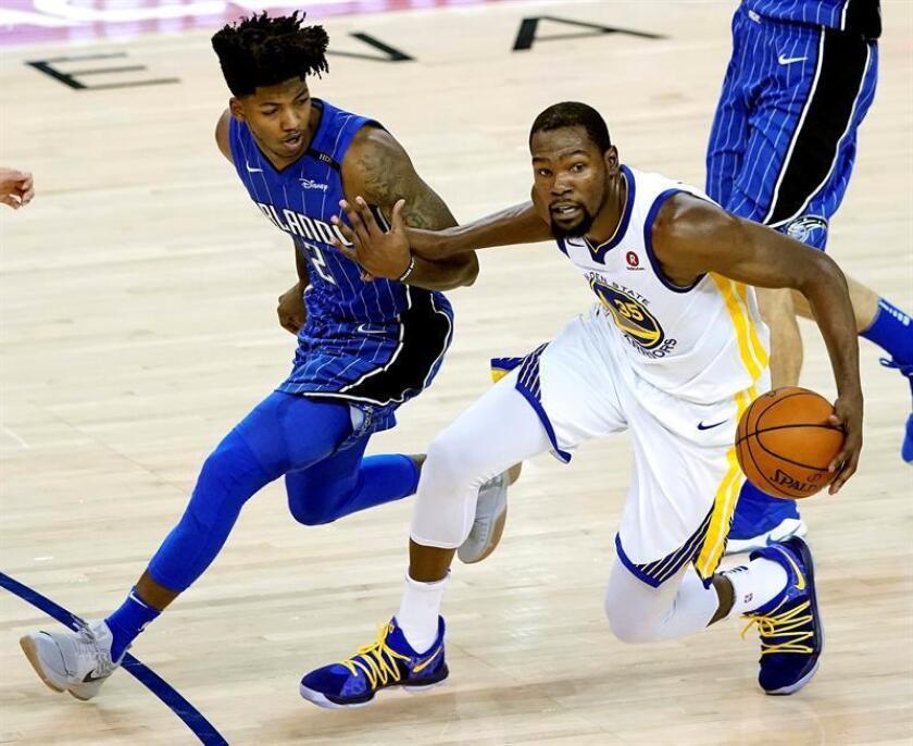 Kevin Durant (d) de los Golden State Warriors en acción ante Elfrid Payton (i) de los Orlando Magic durante un partido de la NBA entre los Golden State Warriors y los Orlando Magic, en el Oracle Arena de Oakland, California (EE.UU). EFE