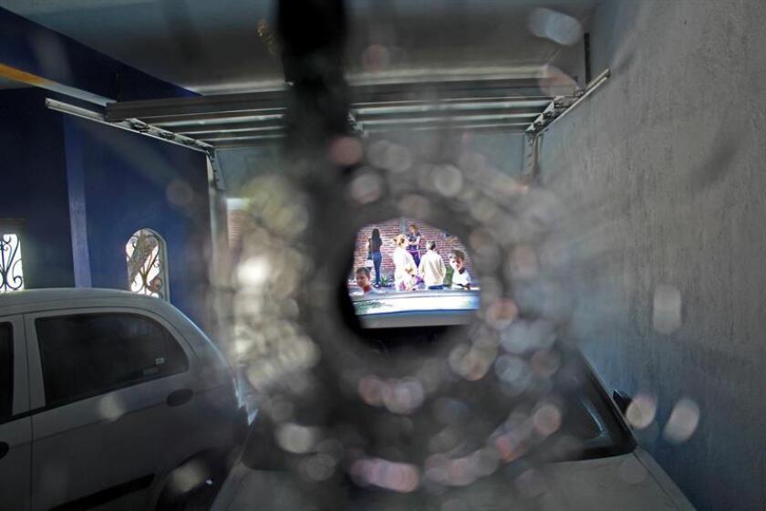 Aspecto de este martes 7 de febrero de 2017 de un impacto de bala en la ventana de un vehículo durante un enfrentamiento registrado en el municipio de Culiacán, en el estado mexicano de Sinaloa, entre miembros de la Secretaría de Marina y un grupo de hombres armados que viajaban en varios vehículos blindados y que dejó cinco civiles y un elemento de la Marina asesinados. EFE