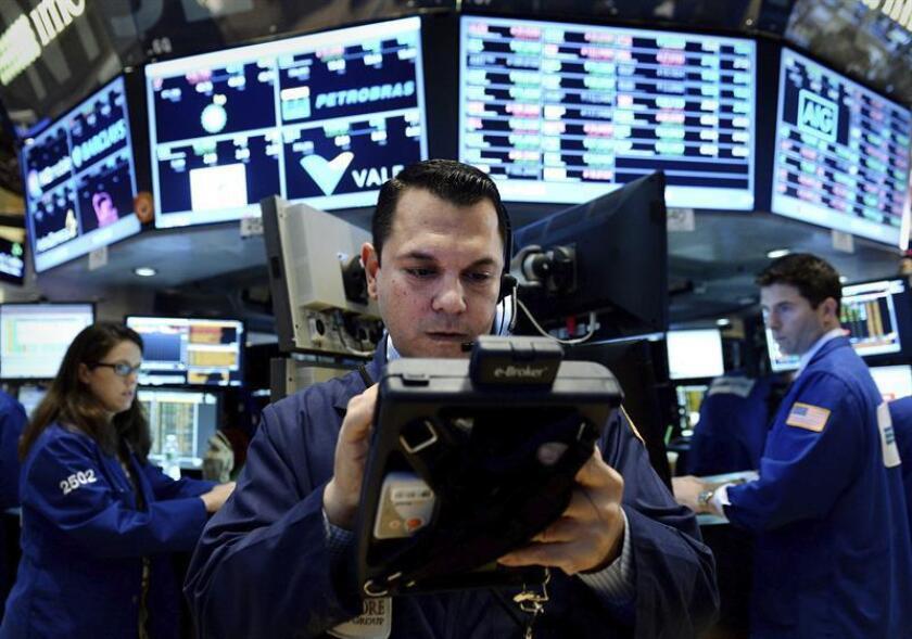 Wall Street cerró hoy al alza, con un avance del 0,07 % en el Dow Jones de Industriales, su principal indicador, en una sesión que se desarrolló con escaso volumen de operaciones y con el mercado con pocos ánimos de hacer historia. EFE/ARCHIVO