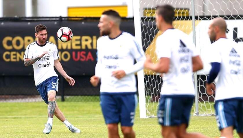 Lionel Messi ensaya sus tiros a balón parado, en la sesión del seleccionado argentino.