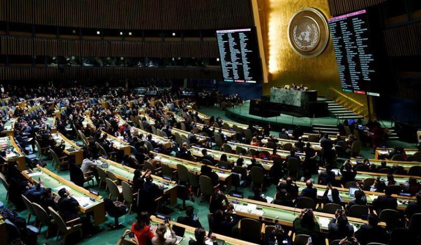 Dos pantallas muestran los resultados obtenidos durante la votación de una resolución crítica en la Asamblea General de la ONU por la decisión del presidente estadounidense, Donald Trump, de reconocer Jerusalén como capital israelí, en la sede de las Naciones Unidas en Nueva York (Estados Unidos) hoy, 21 de diciembre de 2017. La Asamblea General de la ONU exigió hoy a EE.UU. que dé marcha atrás a su decisión de reconocer a Jerusalén como capital de Israel y que se abstenga de trasladar su embajada a la ciudad. EFE
