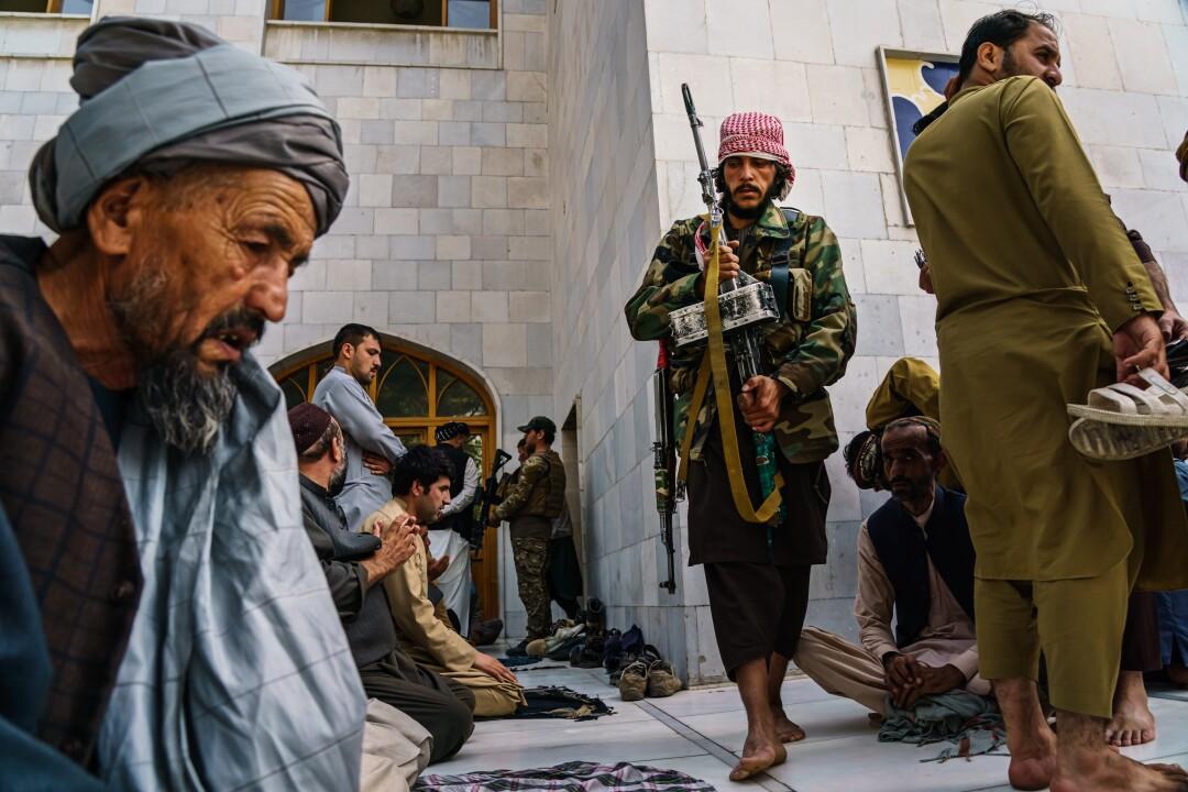 Taliban fighters pray at the Pul-I-Khishti Mosque in Kabul