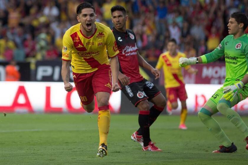 El delantero chileno Diego Valdés, de los Monarcas de Morelia del fútbol mexicano, aseguró hoy que después de sumar dos victorias en su estadio en el Clausura 2018, la próxima meta de su equipo es jugar bien fuera de casa. EFE/ARCHIVO