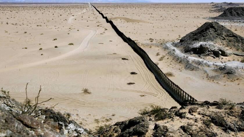 """""""La situación está grave. Llevamos dos semanas en las que está haciendo mucho calor y están falleciendo inmigrantes cruzando el desierto"""", dijo Gene Hernández, investigador del médico forense del condado Pima."""