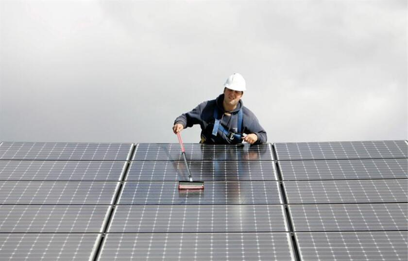 La Asamblea de California aprobó hoy una ley que tiene como objetivo que ese estado obtenga toda su energía de fuentes renovables para el año 2045 y que establece otras metas de energía limpia a medio plazo. EFE/ARCHIVO