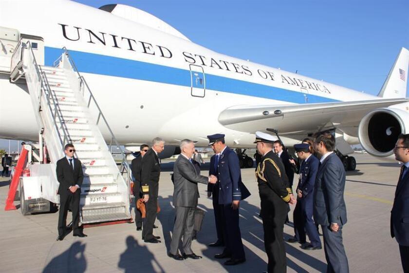 El secretario de Defensa de EE.UU., James Mattis, es recibido por autoridades a su llegada a Santiago de Chile (Chile). EFE