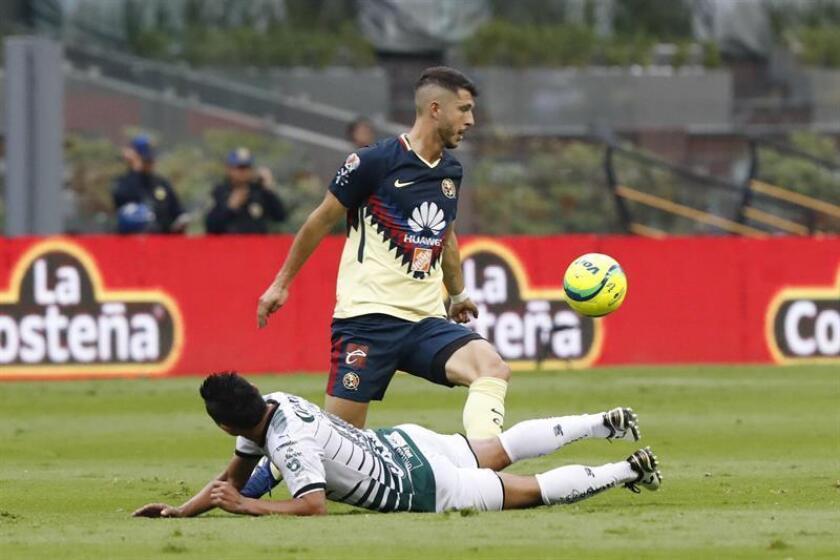 El jugador de América Jérémy Ménez (arriba) pelea por el balón con José Vazquez (abajo), de Santos. EFE/Archivo