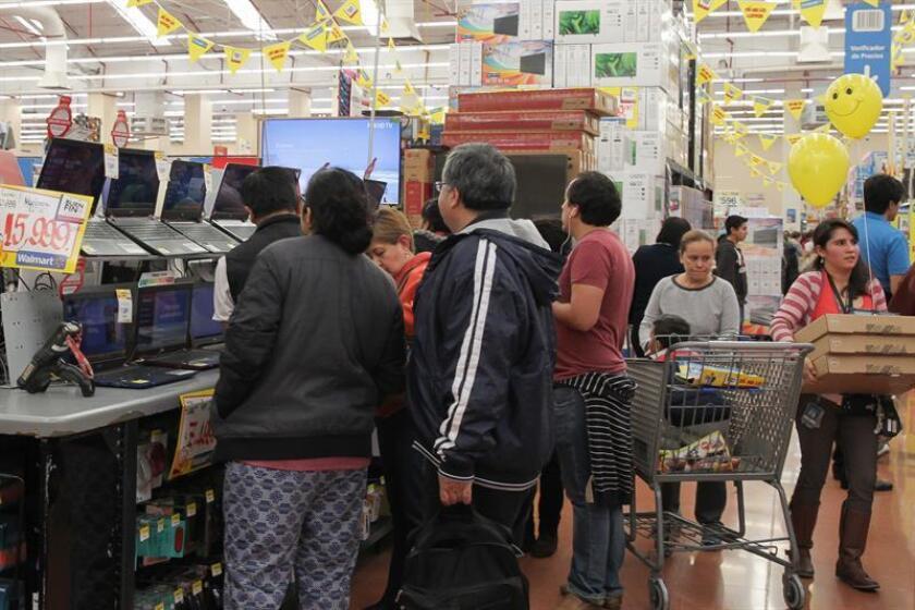 Varias personas realizan compras en una tienda departamental en Ciudad de México. EFE/Archivo
