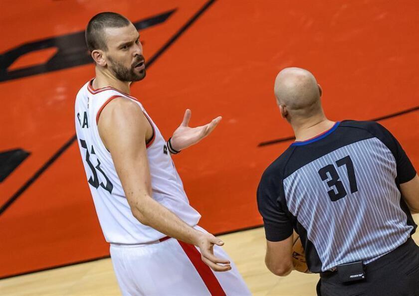 Gasol siguió de titular con el equipo de Toronto, pero su aportación de 13 puntos no impidió la derrota en la prórroga por 112-107 ante los Pistons de Detroit. EFE/Archivo