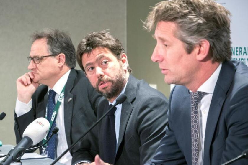 (I-D) El secretario general de la Asociación Europea de Clubes (ECA, por sus siglas en inglés), Michele Centenaro, junto al presidente de la ECA, Andrea Agnelli, y el vicepresidente de ECA, Edwin van der Sar, durante la clausura de la asamblea de la Asociación de Clubes Europeos, este martes, en Amsterdam, Holanda. EFE
