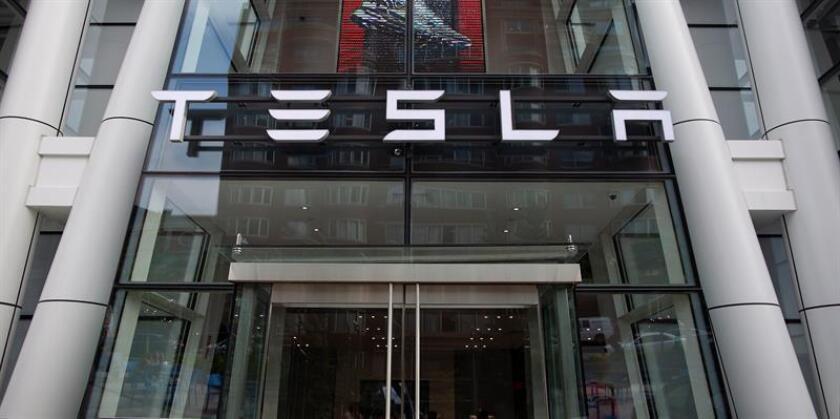 Vista del logo de Tesla en la sala de exposición en Boston, Massachusetts (Estados Unidos). EFE/Archivo