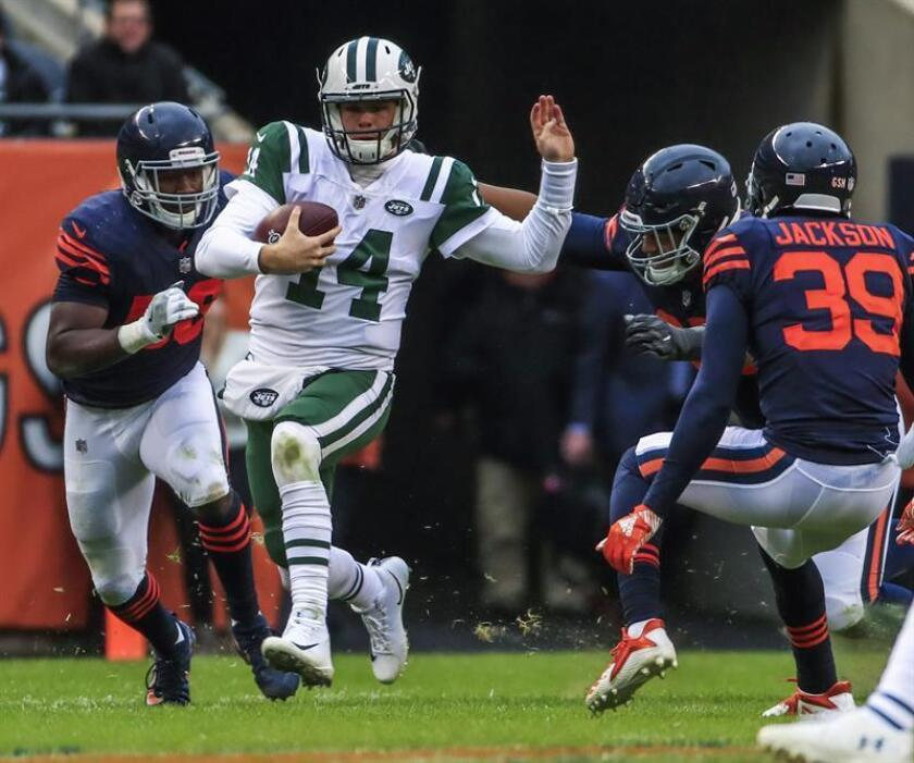 USA AMERICAN FOOTBALL NFL:THM26. Chicago (United States), 19/10/2018.- New York Jets quarterback Sam Darnold (2L) scrambles with the ball against Chicago Bears inside linebacker Roquan Smith (L) Chicago Bears defensive end Roy Robertson-Harris (2R) and Chicago Bears free safety Eddie Jackson (R) i`n their NFL game at Soldier Field in Chicago, Illinois, USA, 28 October 2018. The Bears defeated the Jets. (Estados Unidos, Nueva York) EFE/EPA/TANNEN MAURY