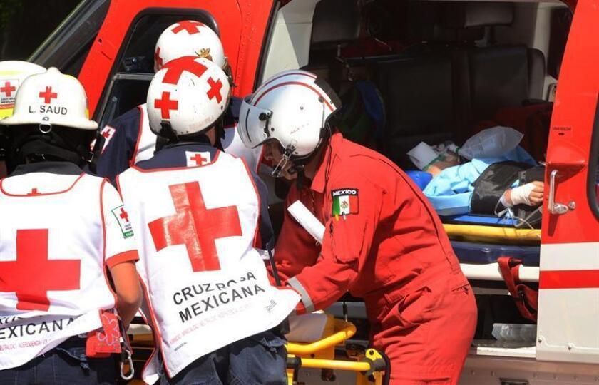 Paramédicos de la Cruz Roja trasladan varios heridos en helicoptero. EFE/Archivo