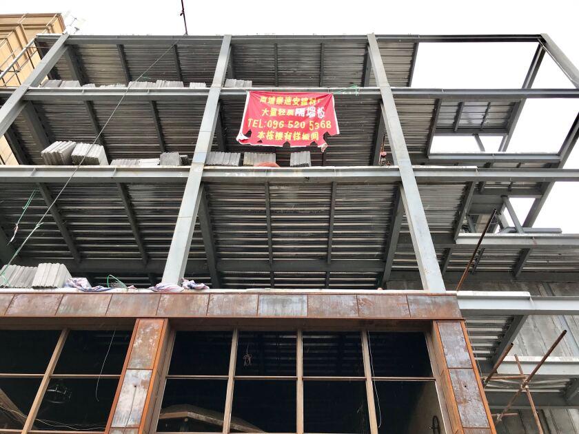 la_fg_cambodia_building_collapse04.JPG