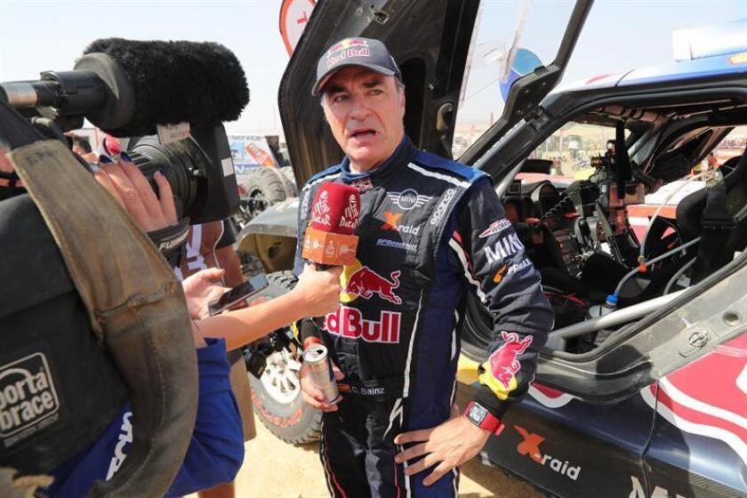 El español Carlos Sainz saluda tras terminar el Rally Dakar 2019, este jueves en Pisco (Perú). EFE
