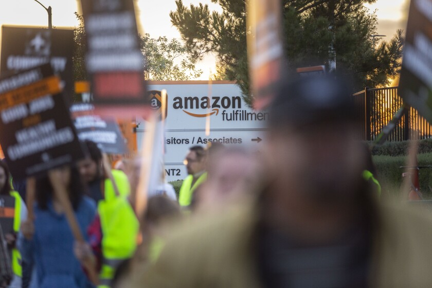 474410-fi-amazon-protest03_AZ.JPG