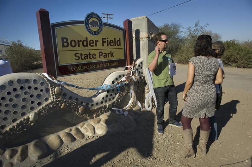 La Patrulla Fronteriza estadounidense redujo el número de personas que pueden permanecer a la vez en el Parque de la Amistad, ubicado entre San Diego (California) y Tijuana (México), en el que cada fin de semana se reúnen mediante una valla familias separadas por cuestiones migratorias, confirmó hoy la agencia federal. EFE/Archivo