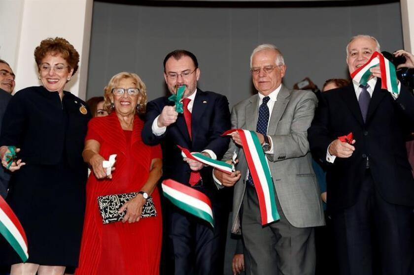 El ministro de Asuntos Exteriores de España, Josep Borrell (2d) y la alcaldesa de Madrid, Manuela Carmena (2i) junto al canciller mexicano, Luis Videgaray (c), la embajadora mexicana, Roberta Lajous (i) y el empresario Valentín Díez Morodo, durante la inauguración de la Casa de México en Madrid. EFE