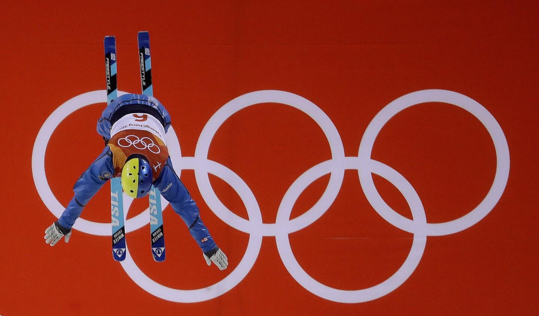 El ucraniano Oleksandr Abramenko salta durante las eliminatorias de la especialidad de aéreos, en el esquà acrobático, el sábado 17 de febrero de 2018, en los Juegos OlÃmpicos de Pyeongchang, Corea del Sur (AP Foto/Lee Jin-man)