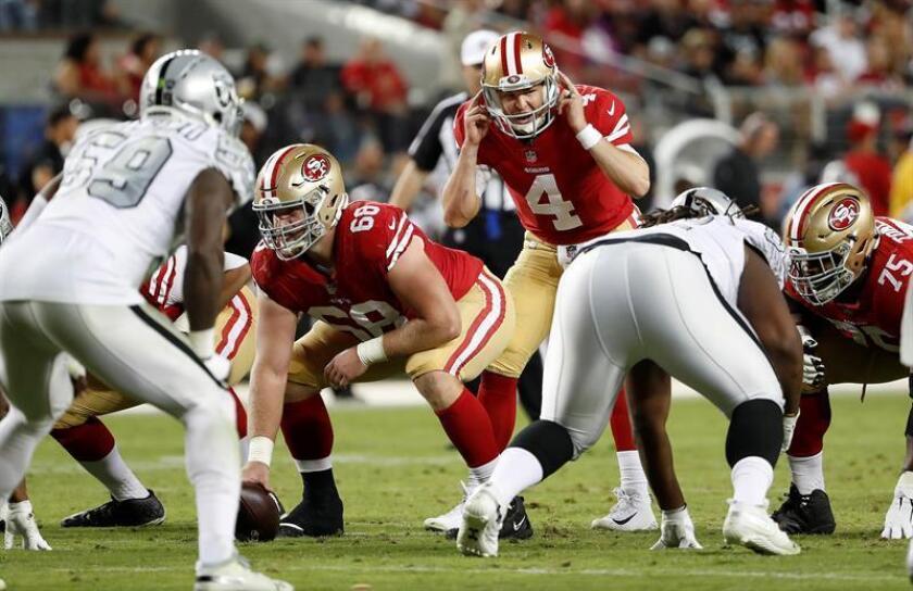 El mariscal de campo de los 49ers de San Francisco Nick Mullens (c) reacciona durante la segunda mitad del juego de fútbol americano de la NFL entre los Raiders de Oakland y los 49ers de San Francisco en el Levi's Stadium hoy, jueves 1 de noviembre de 2018, en Santa Clara, California (EE.UU.). EFE