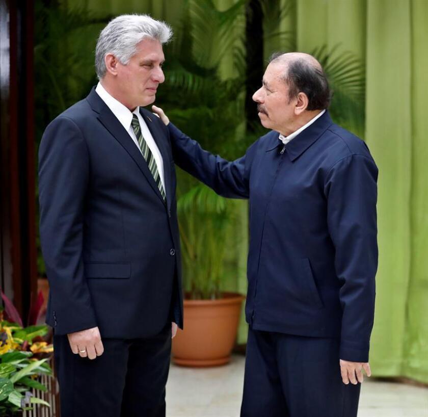El presidente de Cuba, Miguel Diaz-Canel (i), saluda al presidente de Nicaragua, Daniel Ortega en el marco de la 16 Cumbre de la Alianza Bolivariana para los pueblos de América (Alba), en La Habana (Cuba). EFE/Archivo
