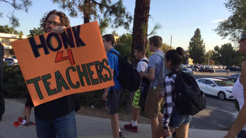 Maestros de El Camino Real Charter High School protestan, mientras los alumnos llegan a clases (Howard Blume/Los Angeles Times).