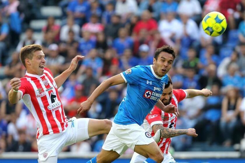 El defensa Omar Mendoza, del Cruz Azul del entrenador español Paco Jémez, aseguró hoy que el fútbol ha sido injusto con su equipo en el torneo Clausura 2017 en el que ocupa apenas el decimocuarto lugar de la clasificación. EFE/ARCHIVO
