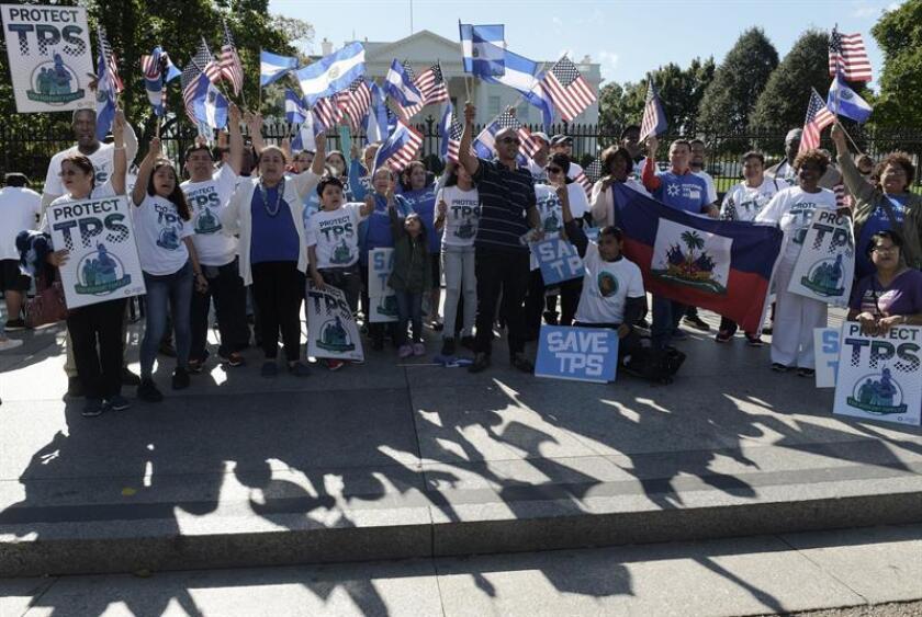 """Personas gritan consignas bajo el lema """"Salvemos TPS"""", durante una manifestación a favor de familias centroamericanas acogidas por el Estatus de Protección Temporal (TPS). EFE/Archivo"""