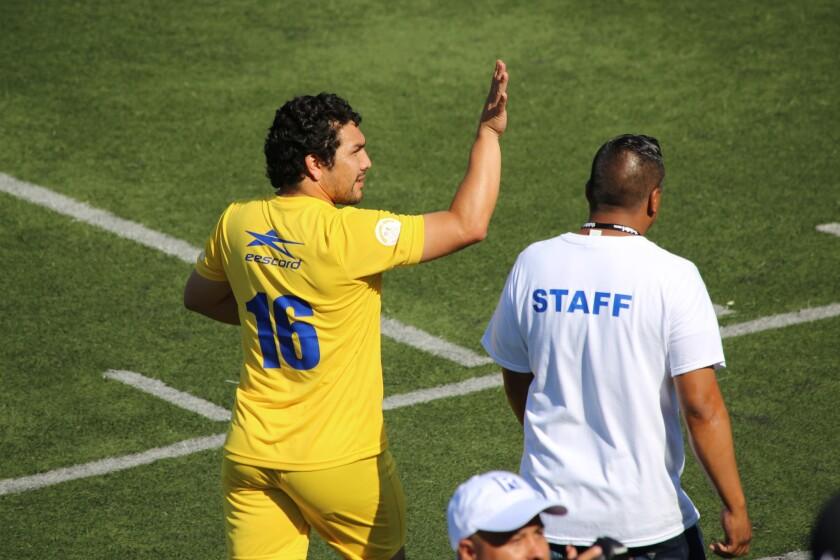 Salvador Cabañas saluda a la afición en un partido reciente en el Sur de California.