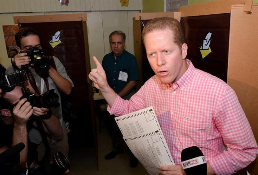 El candidato a la Gobernación de Puerto Rico por el Partido Popular Democrático David Bernier (d) ofrece declaraciones a la prensa. EFE/Archivo