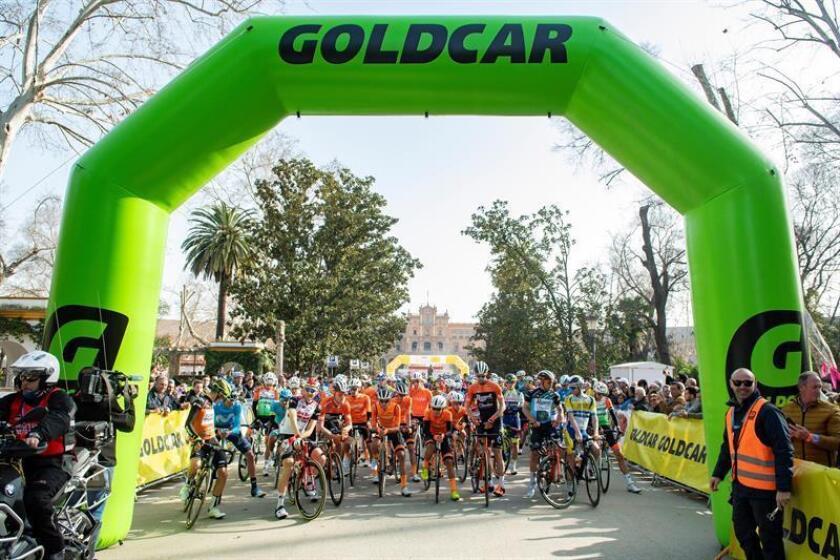 Los ciclistas esperan la salida de la segunda etapa de la 65 edición de la Vuelta a Andalucía-Ruta del Sol, que ha partido hoy de la Plaza de España en Sevilla y terminará en Torredonjimeno (Jaén), con un recorrido de 217 kilómetros. EFE