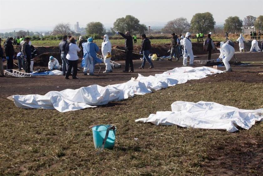 Expertos forenses fueron registrados este sábado al revisar la zona aledaña a una bocatoma clandestina de un viaducto de gasolina que explotó en Tlahuililpan (Hidalgo, México) y que deja hasta el momento más de 70 personas muertas. EFE