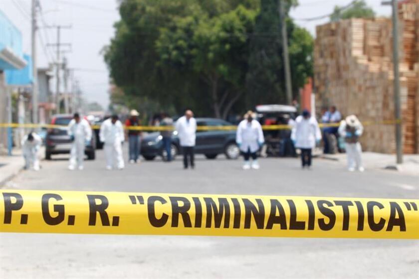 Peritos de la Procuraduría General de la República (PGR) recaban información el jueves 11 de mayo de 2017, en el lugar donde se produjo un enfrentamiento entre el ejército mexicano y un grupo de delincuencia organizada el pasado 3 de mayo, en la comunidad de Palmarito Tochapan, Puebla (México). EFE/Archivo La Comisión Nacional de Derechos Humanos (CNDH) informó hoy que investiga el enfrentamiento de militares con presuntos ladrones de combustible que causó 10 muertos el pasado 3 de mayo en Palmarito Tochapan, en el central estado de Puebla. EFE/Francisco Guasco