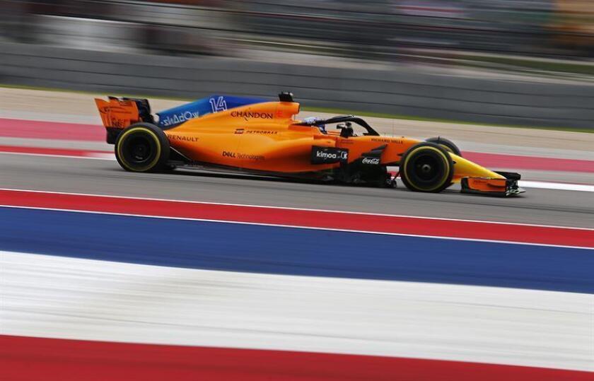 El piloto español de la escudería McLaren de Fórmula Uno, Fernando Alonso, en acción durante la tercera sesión de entrenamientos libres en el circuito de Las Américas en Austin, Texas, Estados Unidos, el 20 de octubre del 2018. EFE