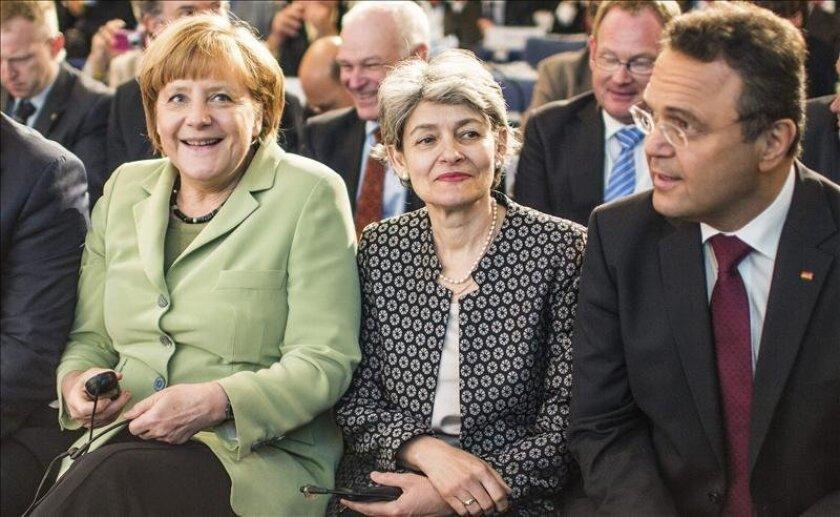 La canciller alemana Angela Merkel (izq), asiste hoy junto a la directora general de la Unesco, Irina Bokova (c), y el ministro alemán de Interior, Hans-Peter Friedrich (der), a la Conferencia Mundial de Ministros de Deportes celebrada en Berlín. EFE