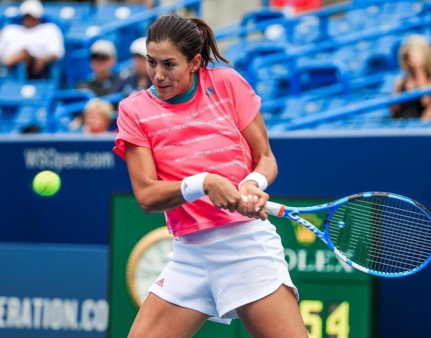 Garbine Muguruza de España devuelve una bola a Lesia Tsurenko de Ucrania hoy, miércoles 15 de agosto de 2018, durante un juego del Masters de Cincinnati en el Centro de Tenis Lindner Family en Mason (EE.UU.). EFE