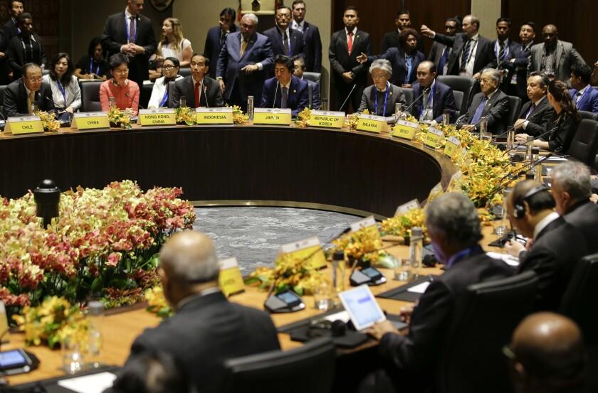 ARCHIVO - En esta fotografía de archivo del 17 de noviembre de 2018, líderes de diversas naciones participan en el diálogo de los países insulares del Pacífico con los de la APEC en Port Moresby, Papúa Nueva Guinea. Nueva Zelanda canceló el martes 30 de junio de 2020 sus planes de ser sede de la cumbre de la APEC en 2021. (AP Foto/Aaron Favila)