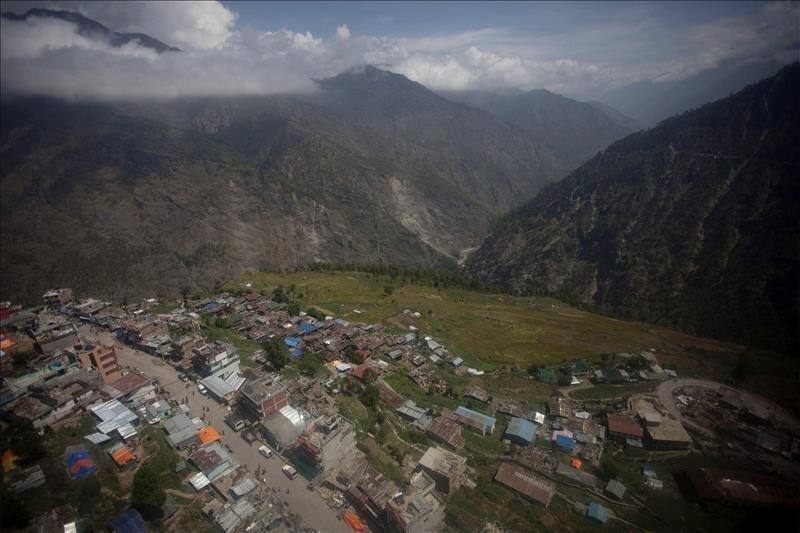Vista desde un helicóptero del pueblo de Dhunche, en el distrito de Rasuwa tras el terremoto en Katmandú, Nepal hoy 12 de mayo de 2015. EFE