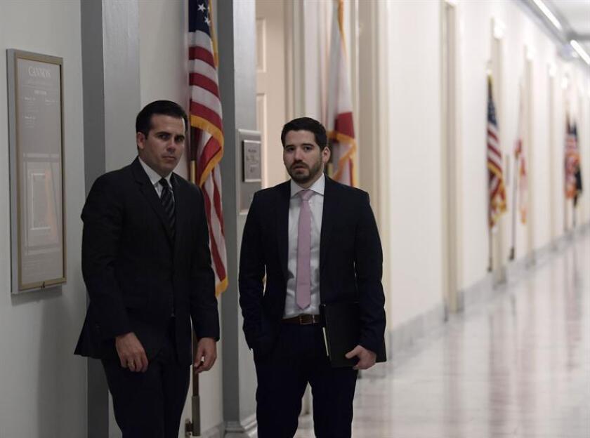 El gobernador de Puerto Rico, Ricardo Roselló (i), camina junto a su asistente Pedro Cerame (d). EFE/Archivo