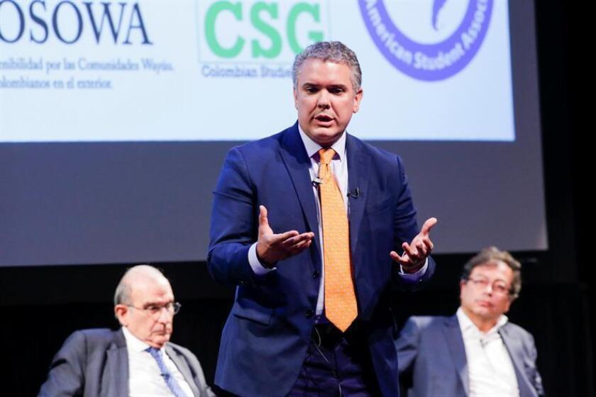 Los candidatos presidenciales colombianos Iván Duque (c), Humberto de la Calle (i) y Gustavo Petro (d), asisten a un foro académico hoy, viernes 23 de marzo de 2018, en la Universidad de Columbia en Nueva York (Estados Unidos). EFE