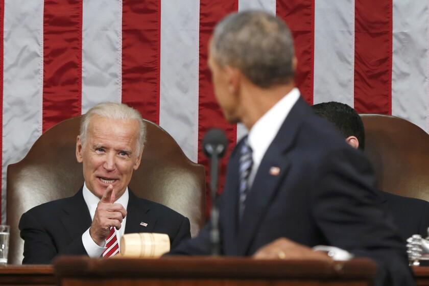 En esta imagen, el vicepresidente Joe Biden habla con el presidente Barack Obama durante el mensaje presidencial anual al Congreso en Washington. El 28 de enero, Obama creó una nueva comisión federal para acelerar la investigación sobre el cáncer con el vicepresidente Joe Biden al frente. (AP Photo/Evan Vucci, Pool, Archivo)
