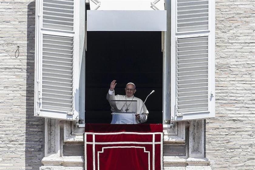 El papa Francisco saludaba este domingo a los fieles congregados para el Angelus en la Plaza de San Pedro, en el Vaticano. EFE