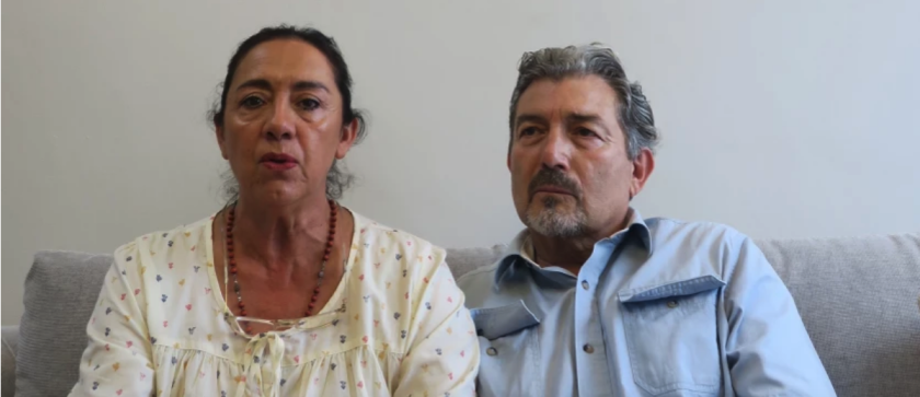 Adriana González (i) y Jorge Fernández Villarreal (d), padres de Jorge Villareal,